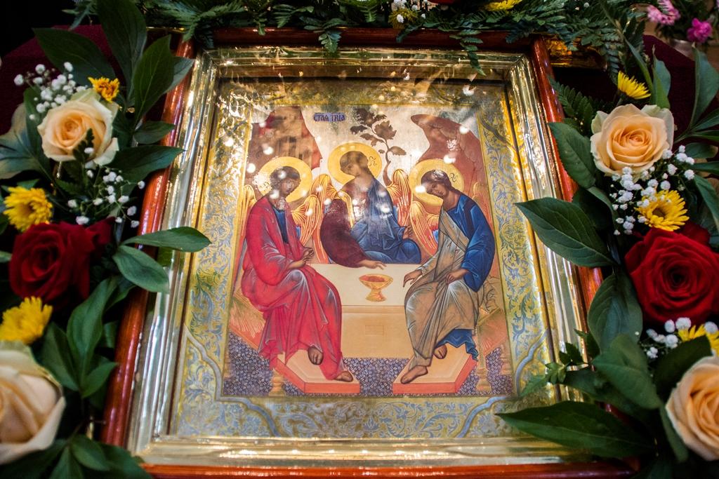 В день Святого Духа митрополит Александр совершил Литургию в Никольском храме города Талгара